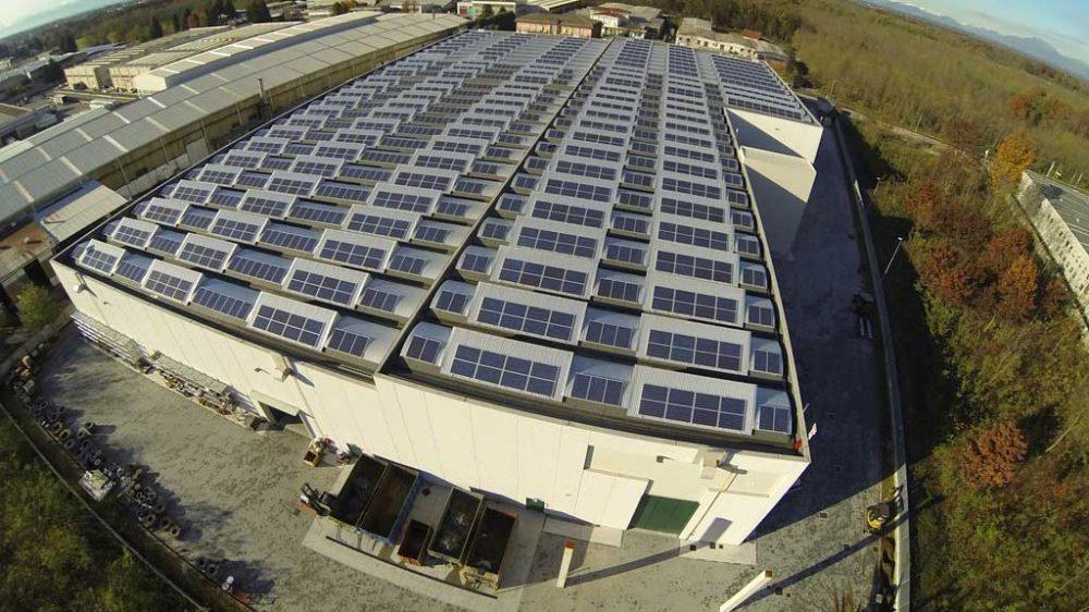 Ripresa aerea di un impianto fotovoltaico